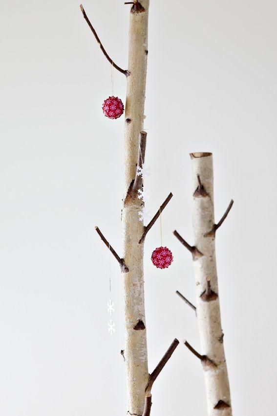 SNEKRYSTALLER OG RØDE KUGLER 3 snekrystaller med sølvløkke og blomsterkugle i rød og pink med guldløkke og guldperler. www.jannielehmann.dk