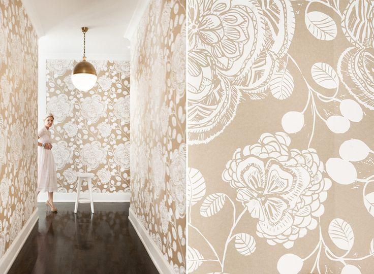 Бежевые обои в интерьере: 80+ эстетически выверенных интерьеров на стыке роскоши и благородства http://happymodern.ru/universalnye-bezhevye-oboi-v-interere-foto/ Воздушный светлый беж с крупным белым цветком