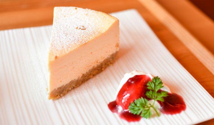 Rezept für einen leichten Low Carb Käsekuchen: Der kohlenhydratarme Kuchen wird ohne Zucker und Getreidemehl gebacken. Er ist kalorienarm, enthält viel Eiweiß ...