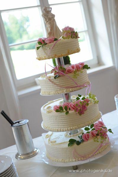 Hochzeitstorte vierstöckig weiß mit Butercreme und Marzipanrosen pink