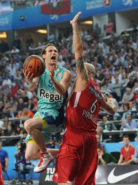 Olympiakos Victor Sada (L) goes for a basket despite Barcelona's Pero Antic (R) during the Euroleague Final four basketball semi-final match Olympiakos Piraeus vs FC Barcelona at the Sinan Erdem Arena in Istanbul on May 11, 2012.