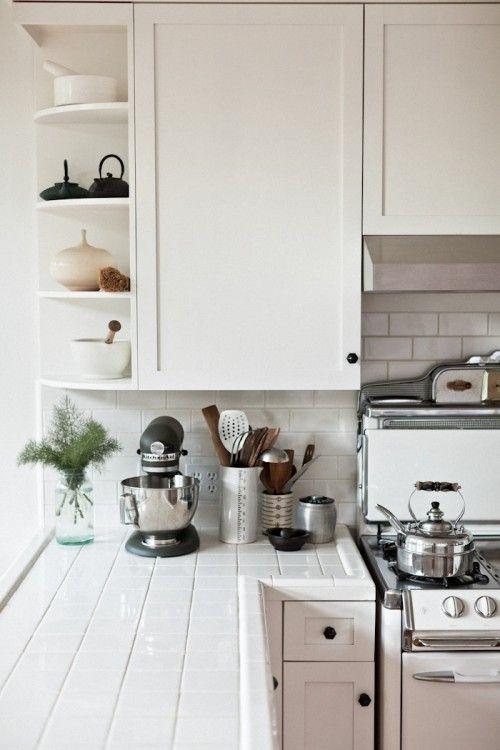 Выложенные кафелем кухонные столешницы в доме фотографа Эрин Скотт. .
