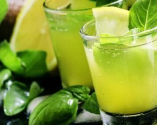 Cocktail au thé glacé, citron et basilic…