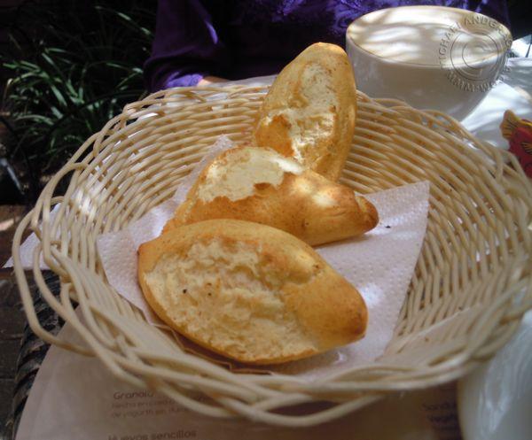 pan de yucca a Brot Bakery & Café en Bogotá, Colombia – Agradable