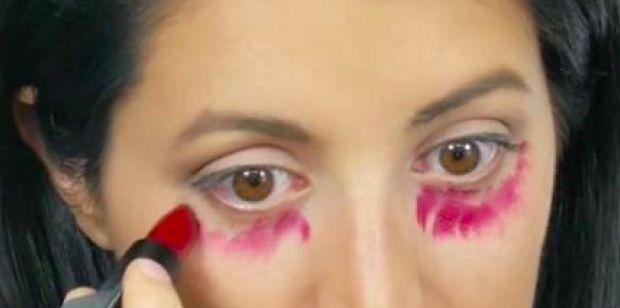 Cada mañana, ella colocó lápiz labial rojo debajo de sus ojos