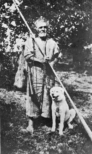Old Romanian shepherd with a trambita. Location: Giulesti (Maramures) Date: 1921, 24 July