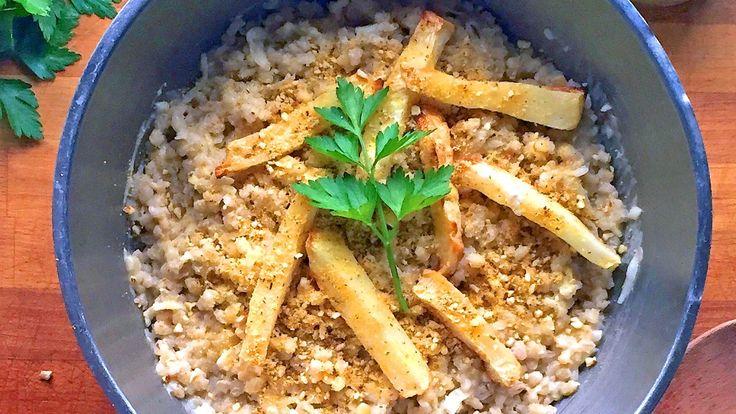 En nordisk variant av risotto lages med byggryn. Rockekokken serverer den med bakt sellerirot og vegansk parmesan. Retten er uten animalske produkter, altså helt vegansk. Foto: Richard Nystad
