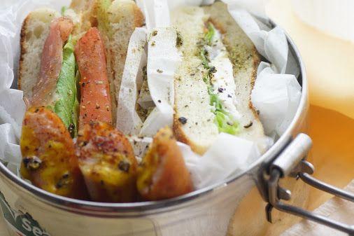 今日のお弁当  ・サンドイッチ  あんまりパンは食べないんですが、そこを逆手にとって買ってみました( •̀ .̫ •́ )✧(何と戦ってるの? 笑  左は隠れちゃってますが、お惣菜なハムカツみたいなのとトマト、レタス、生ハム。右もほとんど隠れちゃってますが、生ハム、レタス、トマト、水切りヨーグルトです。 …  -  Shinnosuke Tsunogae - Google+