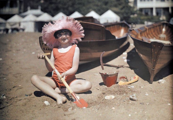 Rare color photos of 1928 England, A young girl plays in the sand at Sandown, Isle of Wight.