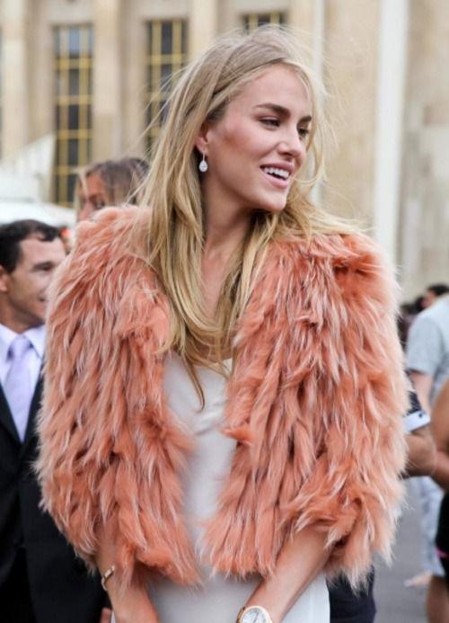 Nos encanta la capita de piel rosa, perfecta para un evento de día o de noche.