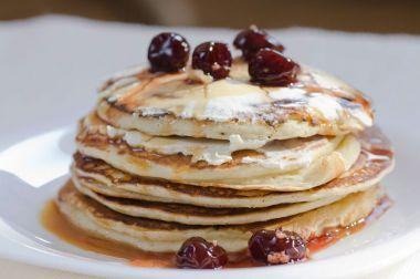 Clatite americane / 2 oua batute, un praf de sare, 1 1/2 lingurita praf de copt, 1 lingura zahar vanilat, 1/2 cana pesmet, 1 cana faina , 500 ml lapte batut, 50 gr unt, dulceata de fructe, 1 pachet crema de branza