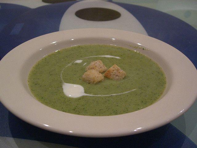 Vă propunem o supă cremă de broccoli delicioasă pentru cei mari și cei mici!