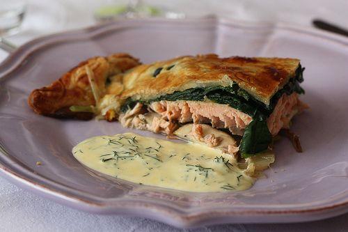 Comme un koulibiac de saumon aux légumes : entre deux couches de pâte feuilletée, une couche de champignons, une couche de saumon, une couche d'épinard.