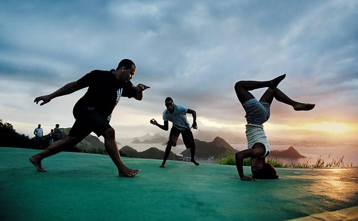 Roda de capoeira fotografada por Steve McCurry para a 40ª edição do calendário Pirelli, que foi lançado ontem no Rio