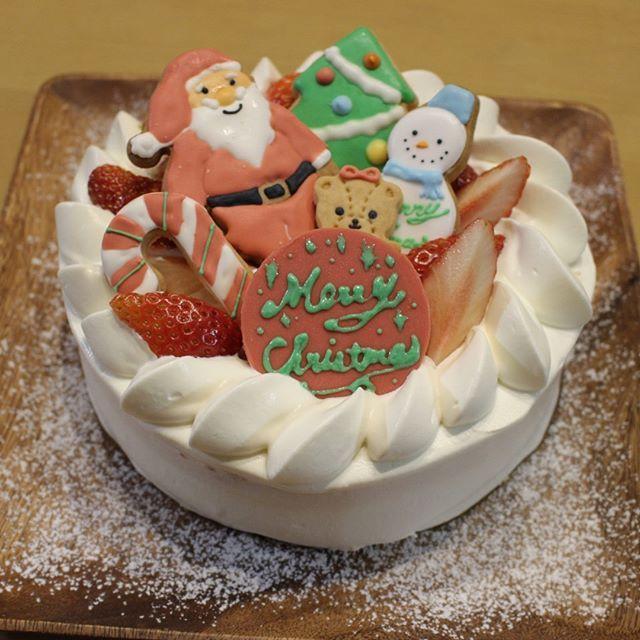 . . . 今年のクリスマスケーキ🎂🎄 . 市販の生クリーム全然硬くならんから ナッペも絞りもやりにくい😔 . メッセージプレートは 冷凍してたチョコにアイシングで書いたから 結露して文字溶けちゃった😂 . スポンジ生地は混ぜすぎで 膨らまんしで相変わらず苦手🎂 . と課題の残るケーキ作りでした😓 . . #クリスマス #christmas #xmas #cake #sweets #christmascake #デコレーションケーキ #ケーキ #クリスマスケーキ #アイシングクッキー #クリスマスアイシングクッキー #おうちおやつ #おうちケーキ #手作りケーキ