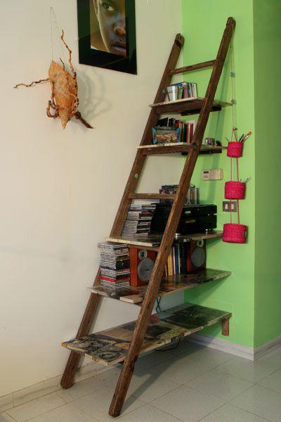 libreria con mensole decorate a mano