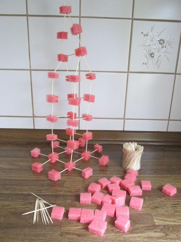 Constructiemateriaal geknipt van isolatiemateriaal. Met tandenstokers kun je het materiaal aan elkaar bevestigen zodat je er iets van kunt bouwen. Nutsschool Maastricht