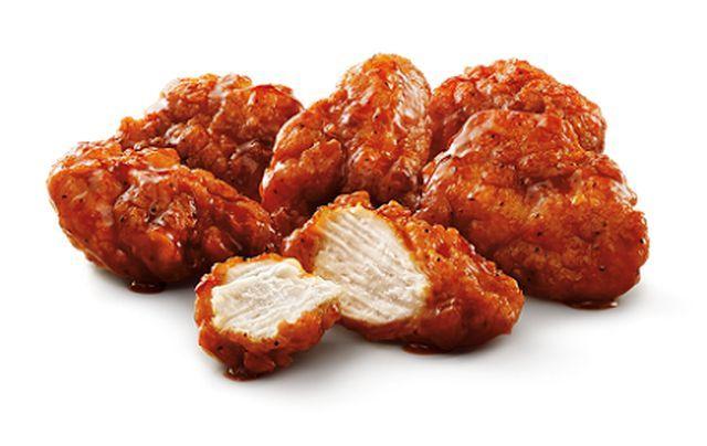 Deliciosas tiras de pollo fritas para botanear, son picositas y se pueden acompañar con un poco de aderezo de blue cheese o una ensalada. Pruébalas.