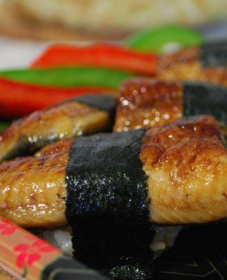 ‼ Унаги кабаяки нигири ‼ Угорь, отваренный на пару и грилированный с соусом терияки ‼ Ингредиенты для одной порции: 1 столовая ложка с горкой суши — риса кусок унаги размером 7,5х10х2,5 см 1 ленточка нори (10х1 см)
