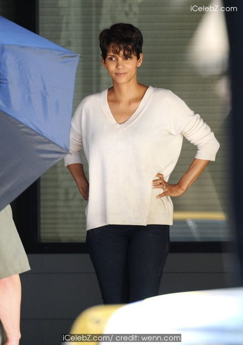 "Halle Berry Halle Berry spotted filming her Sci-Fi drama series ""Extant"" http://icelebz.com/events/halle_berry_spotted_filming_her_sci-fi_drama_series_extant_/photo10.html"