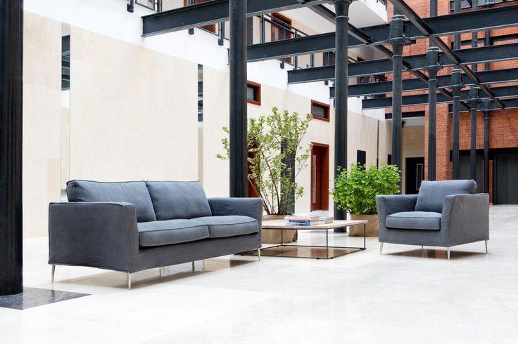 Store| Sits - Handgjorda stoppmöbler i hög kvalitet.CAPRICE är en vacker och elegant serie som passar fint i det moderna hemmet. Denna serie kan fås med fast eller avtagbar tygklädsel i mängder av olika färger. Kombinerat med vackra ben i antingen trä eller metall, finns det något som passar alla. CAPRICE kan fås i 2-sits, 3-sits eller 3,5-sits både som normalt utförande eller som hörnsoffa. Självklart finns även en fåtölj och en fotpall med samma härliga komfort.