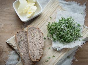 Ce pain extraordinaire ne contient pas un gramme de farine ! À la place, toutes les vertus des graines mucilagineuses et oléagineuses pour un pain très gourmand au léger parfum d'érable et de coco, croquant et moelleux à la fois.