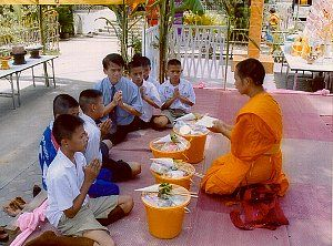 タイに旅行すると、早朝に托鉢(ピンダバーダ)している比丘や沙弥(僧と見習い僧)に小袋に分けた食べ物を差し上げている人々を見かけます。比丘や沙弥はしっかりと黄衣をまとい、小袋に分けた食べ物を鉢に入れる人の顔を見つめることなく、施物を受け取っていきます。   この比丘や沙弥に布施する...
