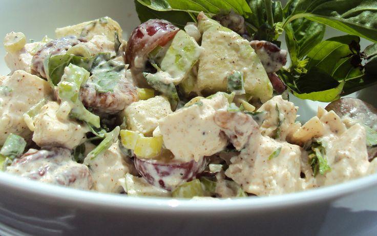 Deze lekkere Kip Kerrie Salade Met Druiven En Pecannoten is een prima toevoeging bij een hoofdgerecht of voor bij een barbecue op een heerlijke zomerse dag!