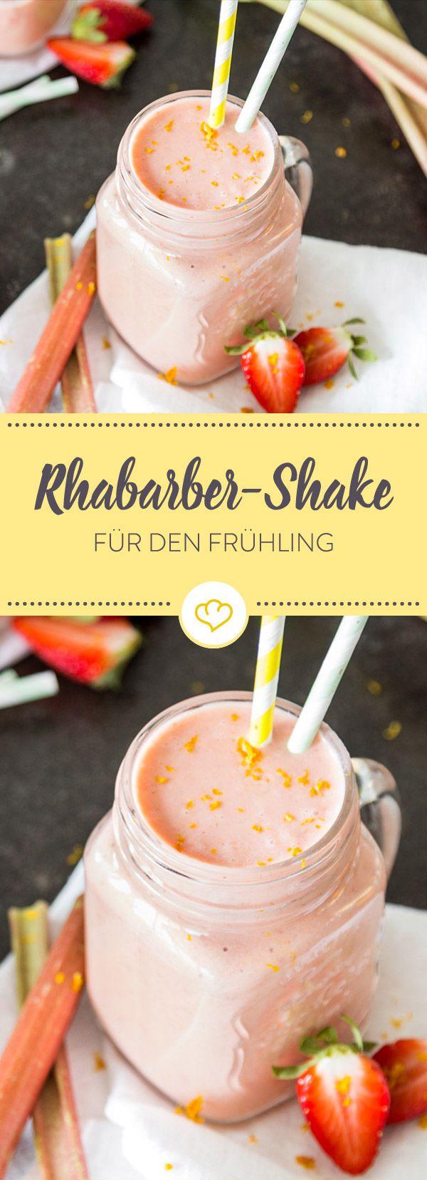 So schmeckt der Sommer: Cremiger Milchshake, gemixt aus frischen Erdbeeren, Bananen und viel sauer-süßem Rhabarber. Strohalm rein und genießen.