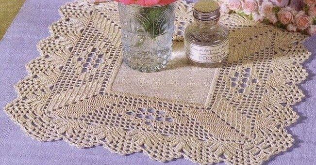Toalhinha feita a partir de um centro de pano, com remate de ponta recortada.  manela