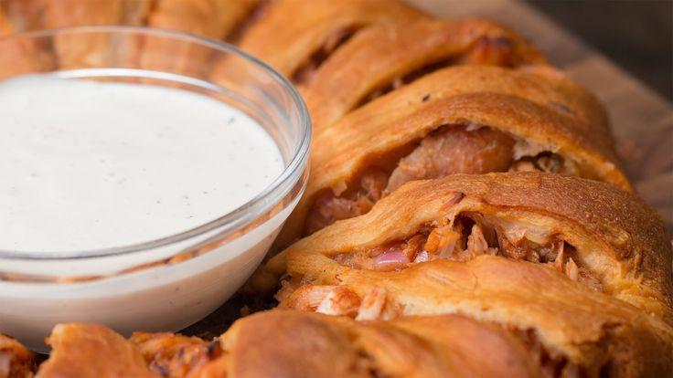 Потрясающая закуска - курятина в тесте! 🍗🍺   Объедение! 👍   Ингредиенты:  2 ½ чашки вареной курицы (измельченной)  1 чашка красного лука, нарезанного кубиками  1чашка соуса для барбекю  1 чашка сыра моцарелла  Тесто для рогаликов  Соус Ранч (Фермерский соус)   #Рецепты #Моцарелла #Закуска #курятина #видео