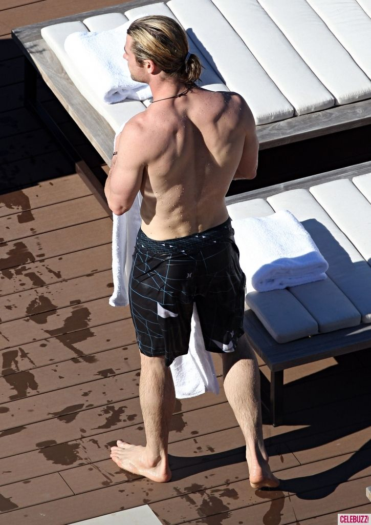Chris Hemsworth Body | Photos - Shirtless Chris Hemsworth Shows off Fit Body in Sydney - 5 ...