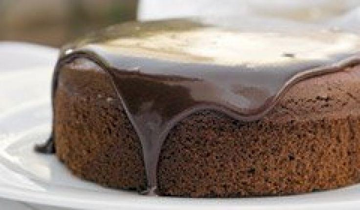 Ένα κέικ με ελάχιστο αλεύρι και αμύγδαλα - ειδικό για όσους έχουν δυσανεξία . Μια συνταγή του σεφ Παρλιάρου. Μπορείτε να προσθέσετε από πάνω το γλάσο σοκολάτας.
