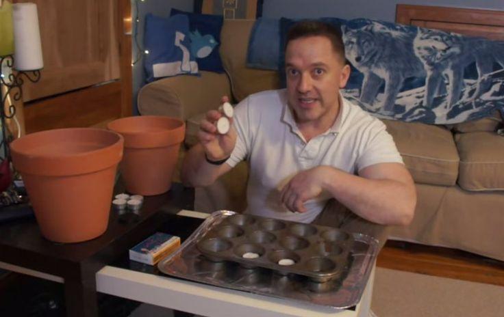 Hij zet een grote bloempot op een kleine bloempot. Dit zelfmaak ideetje kan je leven redden in de winter!