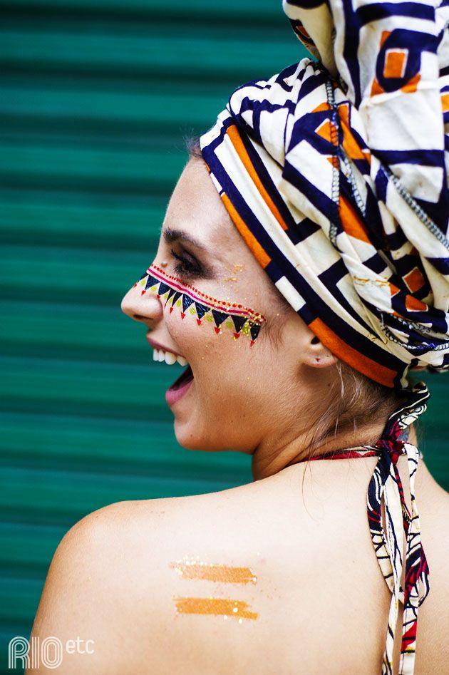 """A paulista Monique Motta se diz """"picada pelo zika carnavalesco"""", depois de dois anos de Rio. Ela mostra como usa suas tattoos carnavalescas"""