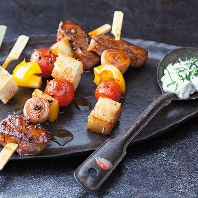 Warum Fladenbrot und Lammfleisch einzeln servieren, wenn sie doch so gut auf einem Spieße harmonieren?