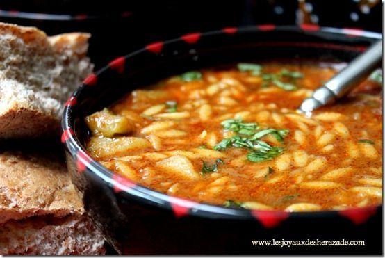 Une recette de Chorba algérienne qui me vient de ma mère. elle est délicieuse, riche en légumes, avec un bon gout authentique. Découvrez la avec d'autres recettes