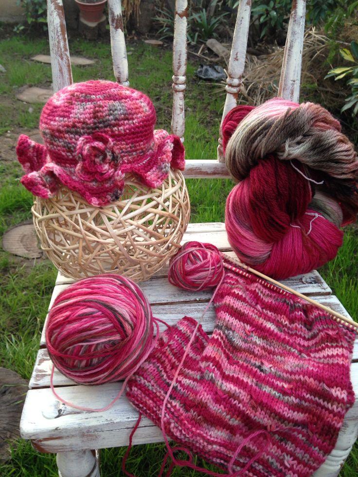 Lana teñida y tejida con crochet y palillo..