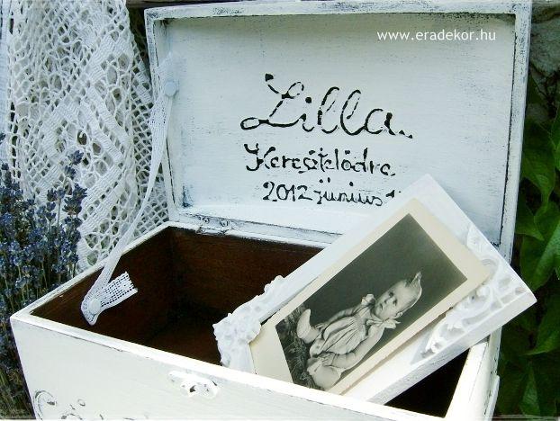 Provencei-i antikolt festett keresztelő doboz névvel, dátummal. Fotó azonosító: KERDOB02