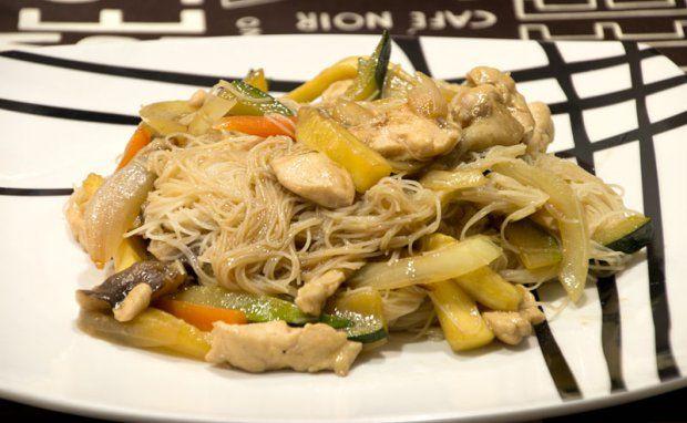 Fideos de arroz con pollo y verduras en salsa de ostras