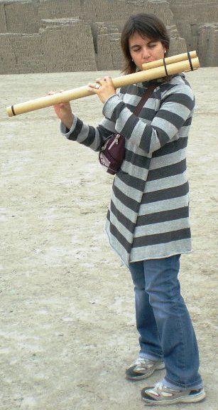 Probando mi nueva flauta folklórica en la Huaca Pucllana, Lima (Perú). Noviembre 2008