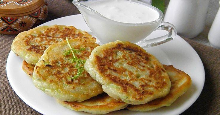 Кабачковые оладьи по-турецки отличаются тем, что в тесто добавляют много зелени и сливочный сыр: подойдет фета, адыгейский или брынза. Кабачки используйте молодые, можно цукини — блюдо получит более аппетитный цвет.