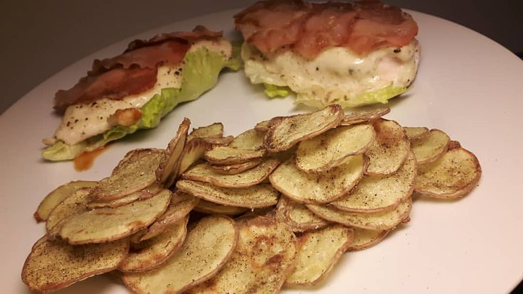 kylling-burger uten brød, men med sprøstekte potet skiver 😍 #eatwhatmakesyoufeelgood .............. stekt potatis (grillkrydda/ketchup/peppar), kycklingburgare utan bröd, i sallad med bacon & smält ost, stekt lök. ..............  Kalkonbacon kycklingbacon kyckling burgare hamburgare fav lågkalori todo recept tips!