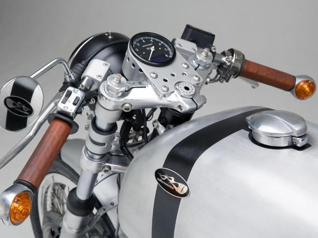 The cockpit of this Moto Guzzi conversion of Hamburg Coffee Company is reduced to the essentials.
