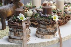 plusieurs tranches de rondins avec une couronne de lierre sur le dessus, une bougie et décoré a votre goût