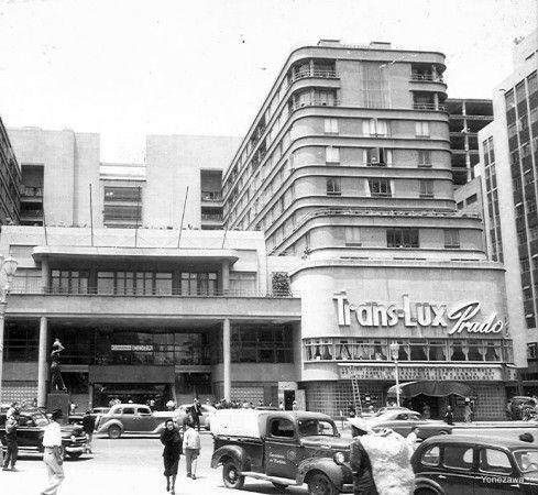 """Esta es una fotografía tomada alrededor de 1950 al cine Prado """"Trans-Lux"""", ubicado en el Hotel del Prado (Juárez y Azueta) y demolido en el terremoto de 1985. A la derecha se ve el trágicamente desaparecido edificio Aztlán."""