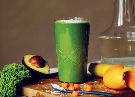 Hello Green Supersmoothie - 1 dl vatten 30 g babyspenat 1 mogen banan 1/2 mogen avokado 1 apelsin, riv gärna i lite av det yttre skalet 1/2 äpple eller päron 1/2 dl tinade havtornsbar eller juice av 1/2 citron 1 msk kokosflingor till topping