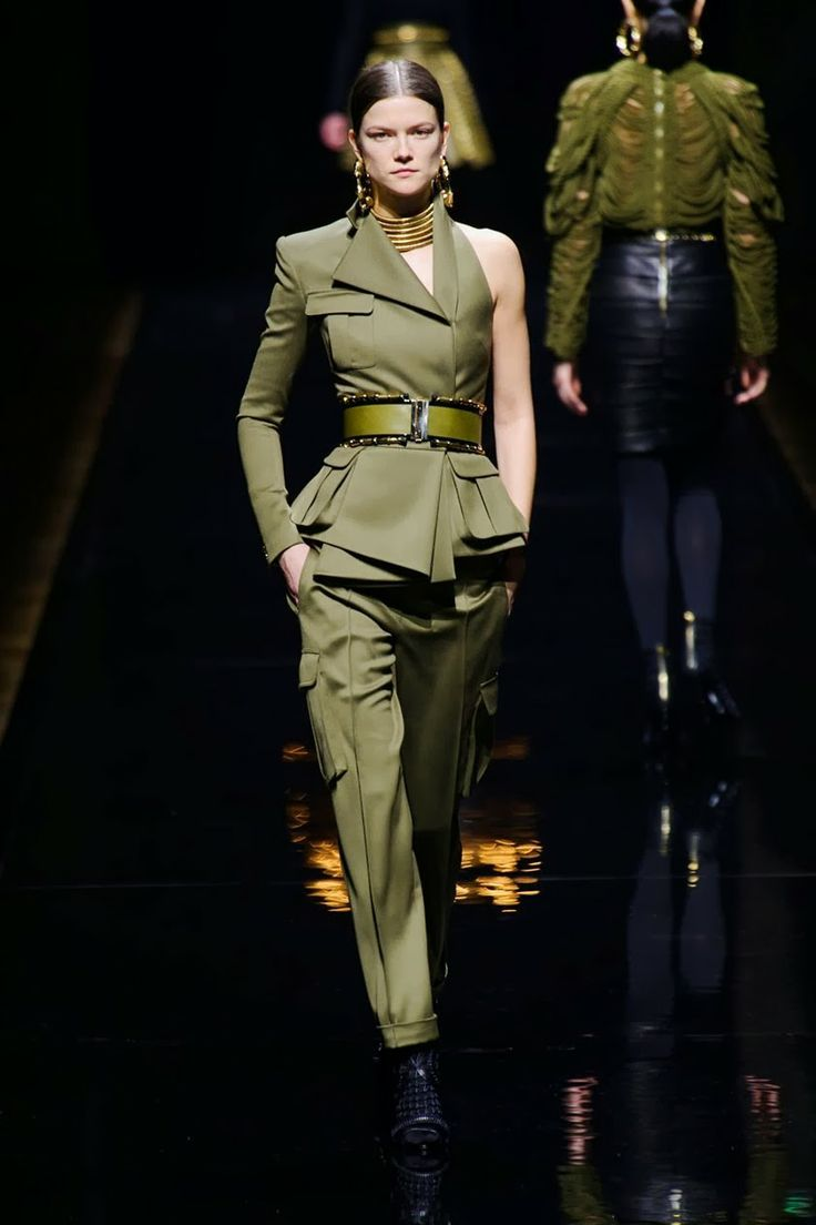 Balmain2014 fall---Balmain is serving military. Most of the pieces are inspired by some 80′s looks, and some 90's cargo-pocketed designs. The collection is bringing back the safari hues of army green and khaki. I adore the structured peplum jackets and tops