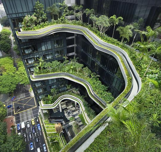 """Spektakuläre Dachgärten, begrünte Wände und natürliche Blüftungsverfahren: die moderne Baukunst wird immer revolutionärer. Hier zu sehen: Das neuestes Projekt des Singapurer Architekturbüros WOHA, der Büro- und Hotelkomplex """"PARKROYAL on Pickering"""". – Inga Wilke"""