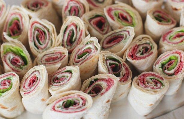 Wraps+gevuld+met+een+laagje+kruidenkaas,+salami+en+rucola.